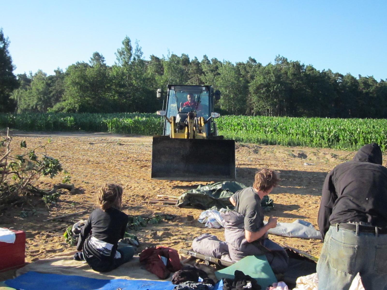 Provokation am Montag Nachmittag: Ein Mitarbeiter von Landwirt Grewe fährt bedrohlich Nahe auf sitzende Besetzer_innen zu